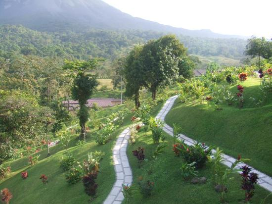 Arenal Kioro Suites & Spa: Perfectly kept grounds and paths for walking