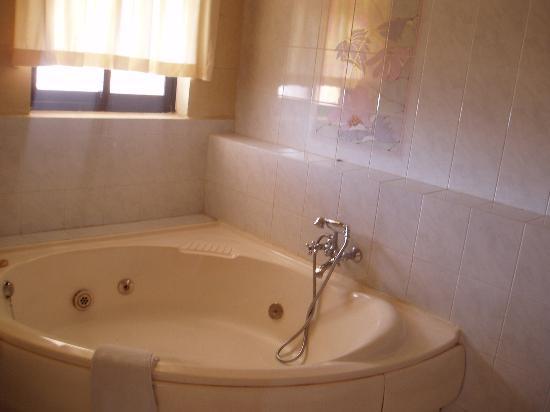 โรงแรมคอร์นูโกเปีย: The jacuzzi in a suite