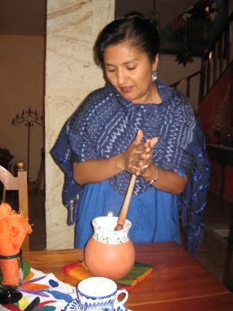 La Casa de Mis Recuerdos B&B: Nora Prépare le chocolat