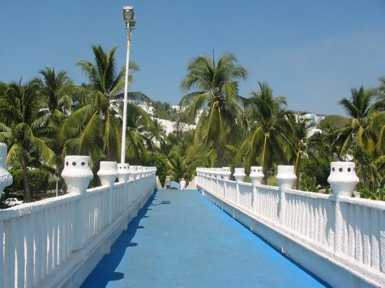 Gran Festivall All Inclusive Resort: Walkway to beach