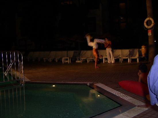 كلوب تركويز أبارتمنتس: brazilian martial art display by staff