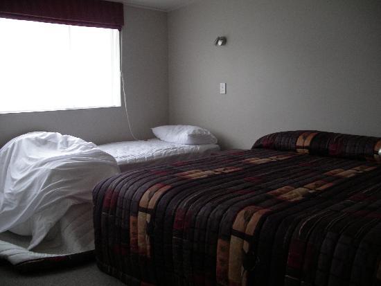 295 on Tay Motel: Bedroom, a bit cramped