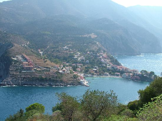 Kefalonia, Griekenland: Assos as viewed from the dirt track up to the castle