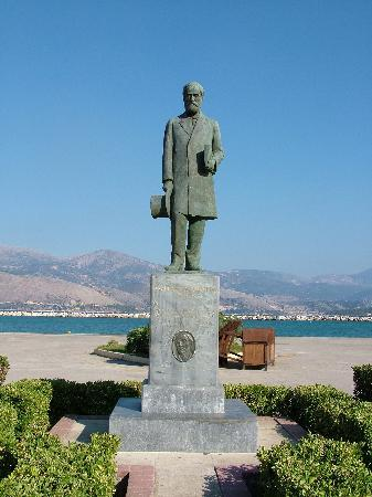 Cephalonia, Grækenland: The famous statue of Andreas Laskarotas with his back to Argostoli