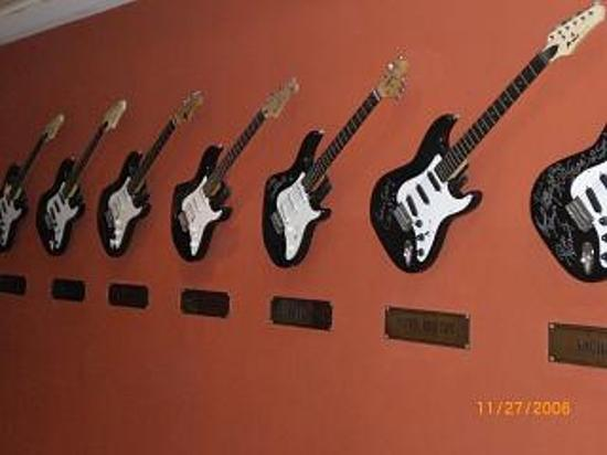 Hard Rock Hotel Bali: Guitars line the hallways