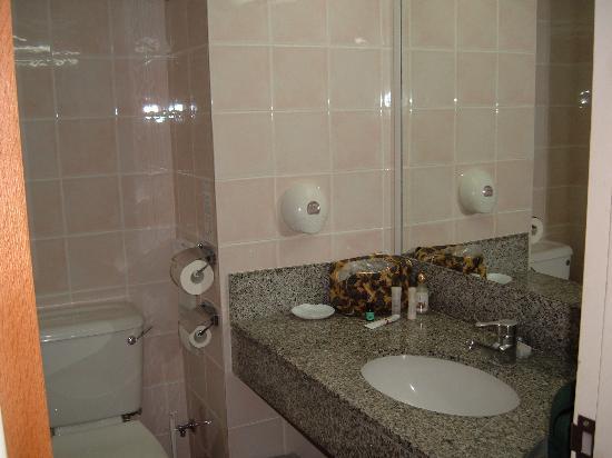 Constantinou Bros Athena Beach Hotel: Bathroom