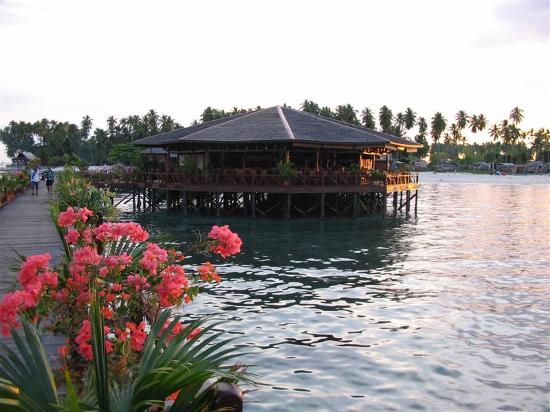 Sipadan Water Village: Dining building with boardwalk to Mabul Island