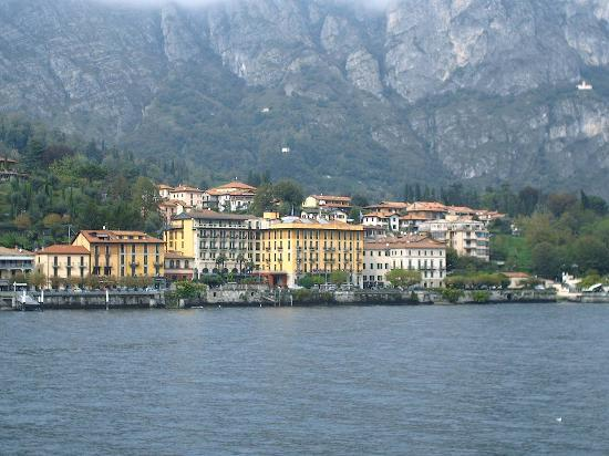 Cadenabbia di Griante, Italia: The view of the hotel from the ferry (on a cloudy day)