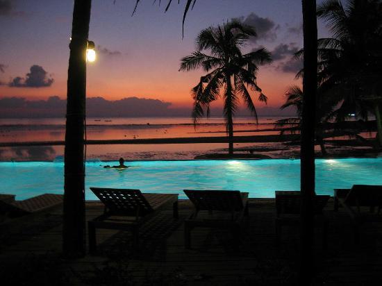 Sunset Cove Resort: Pool at night