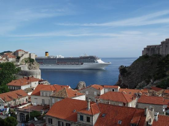 Hilton Imperial Dubrovnik : Cruise ships seen from our terrace