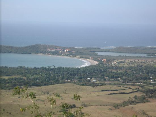 ‪‪Guantanamo Province‬, كوبا: Marea del Portillo and Farrallon del Caribe Hoteles from the mountains‬