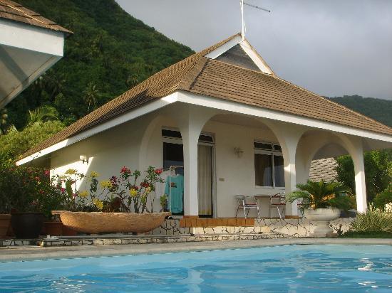 Hiti Moana Villa: poolside bungalow