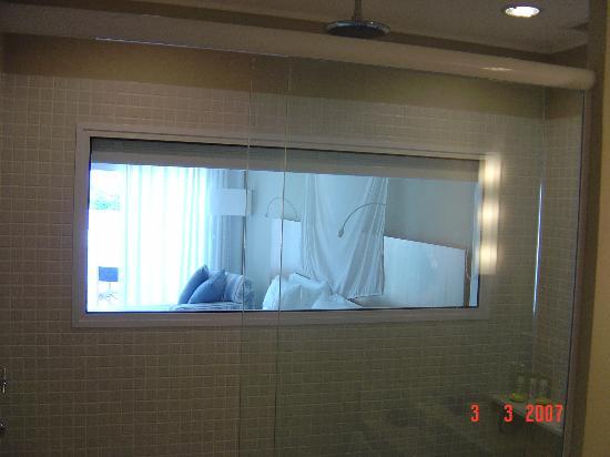 Sofitel Guaruja Jequitimar: window from bathroom to room