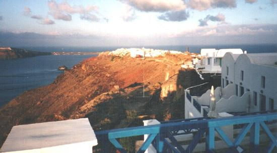 Hotel Atlantida Villas: View of Oia from our patio at sunset