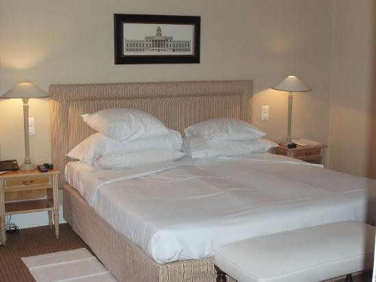 Vevey, Suisse : The super bed in Suite 501!