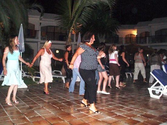 Las Buganvillas Apartments: dancing at the bbq nights
