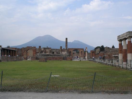 Sorrento, Olaszország: take the local train to Pompeii.. not the tour bus