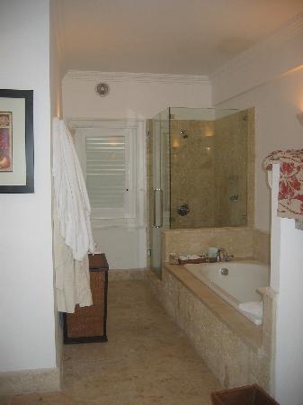 Tortuga Bay, Puntacana Resort & Club: Bathroom with beautiful tub