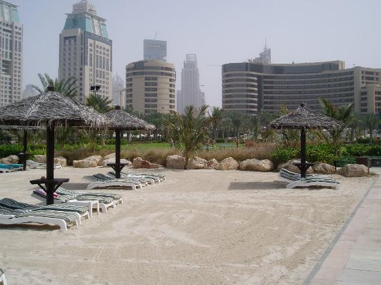 Le Royal Meridien Beach Resort & Spa: View of the hotel from the beach