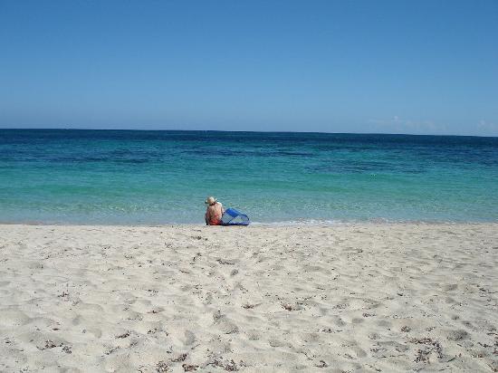 Paya Bay Resort: crowded lil beach