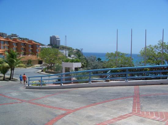 Flamingo Beach Hotel: Walking to the private beach