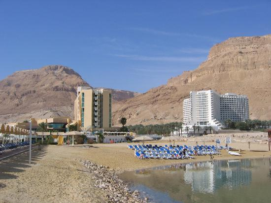 Ein Bokek, Israël: Hotel (at left) and Beach