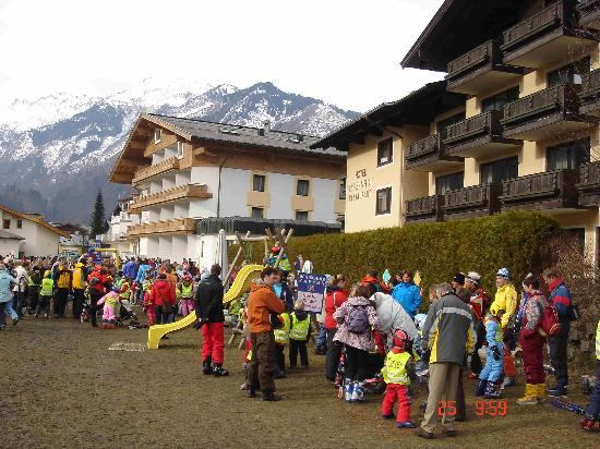 Alpen Wellness Hotel Barbarahof: Ski school meeting point behind hotel