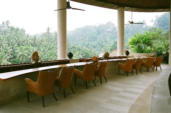 Four Seasons Resort Bali at Sayan: Bar overlooking the valley