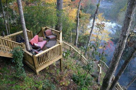 Ellijay, GA: Great places to relax and watch the Coosawattee River