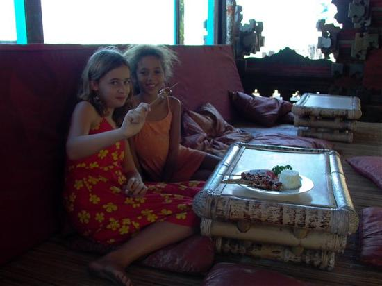 Amarta Beach Inn Bungalows: Isabella eating banana and chicken satay