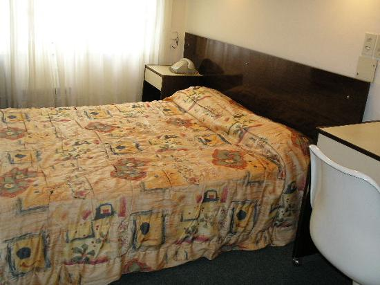 Victory Hotel,B.Aires: The room - The bed