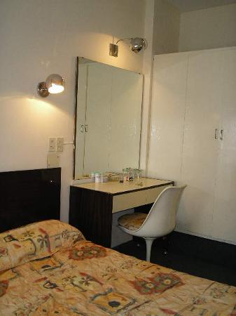 فيكتوري هوتل: Victory Hotel,B.Aires: The room - Mirror
