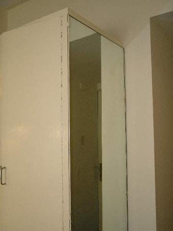 فيكتوري هوتل: Victory Hotel,B.Aires: The room - The mirror of 1,60m
