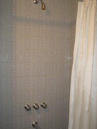 فيكتوري هوتل: Victory Hotel,B.Aires: The bathroom - The shower