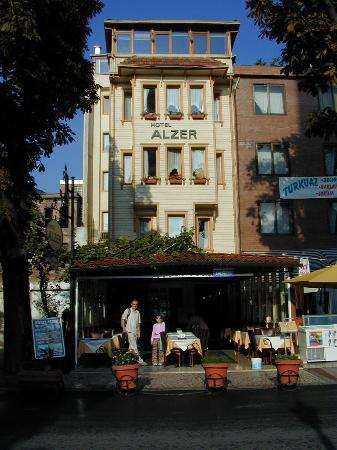 Alzer Hotel: Hotel Alzer from the entrance