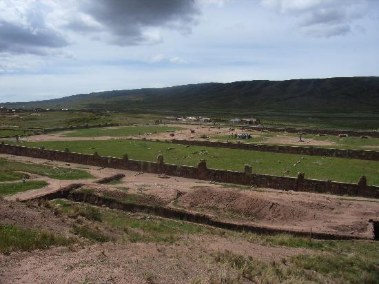 La Paz, Bolivya: Tiwanaku view of the grounds