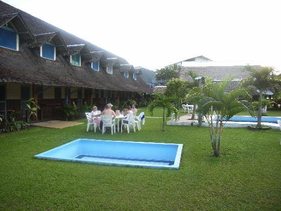 Hotel Rurrenabaque: Hotel Safari Garden. Rooms on the left, main building straight ahead.