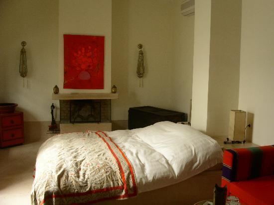 Dar Charkia: Chambre avec cheminée