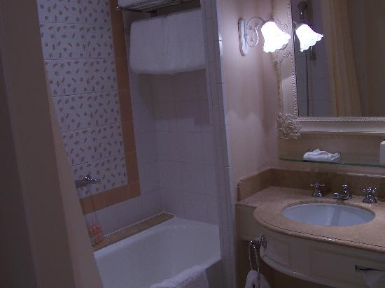 Disneyland Hotel: Bathroom with hippo & dwarves!