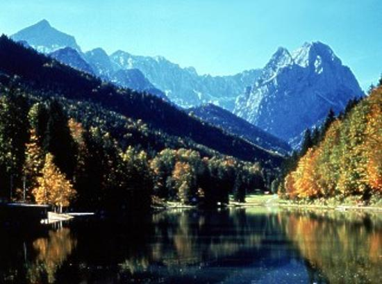 Riessersee Hotel Resort: The lake and the Zugspitze