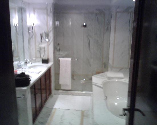 Hotel Kunlun: Beautiful all marble bath