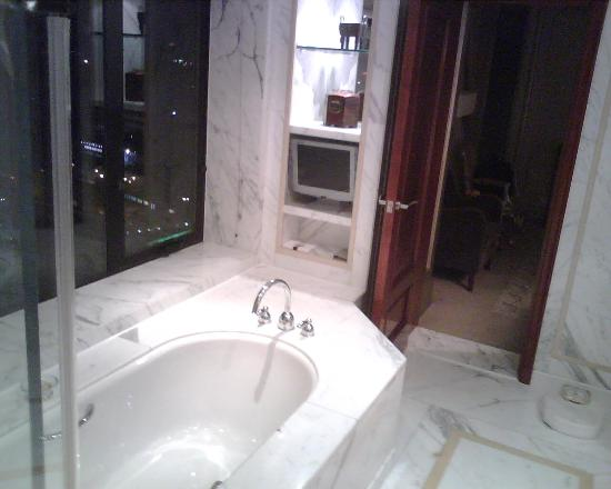 The Kunlun Beijing: Bath 3- note picture window (with blinds) and TV next to tub