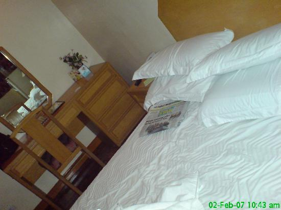 Lotus Garden Hotel: The bed 2