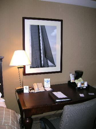 Salem Waterfront Hotel & Suites: Desk area