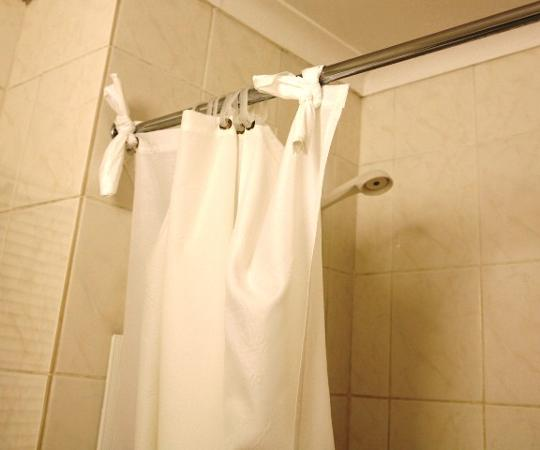 Mercure Suites Bedfordview: Elegent method of fixing shower curtain
