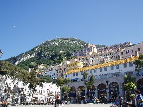 Fuengirola, Spanien: Gibraltar ROCK from the square