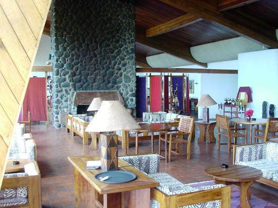 Ngorongoro Wildlife Lodge : Bar/lounge with dining room beyond