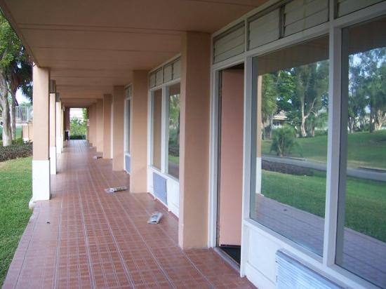 Grand Palms Hotel, Spa and Golf Resort : Room door and walkway.