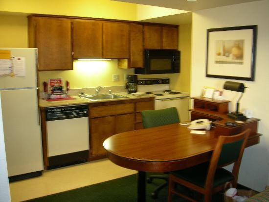 Residence Inn Sacramento Cal Expo: Kitchen & Desk