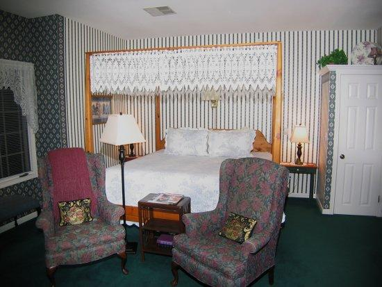 Inn at the Park Bed & Breakfast: Hawthorn Room - bed
